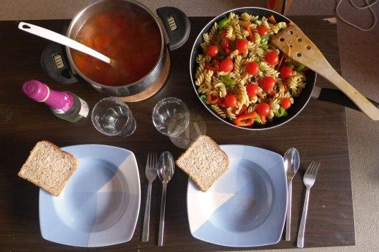 自煮生活,這是比較豐富的一餐了。信不信由你,這裏所有材料大概只是2歐左右。