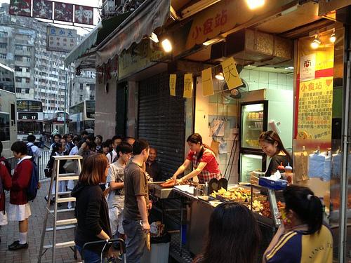 已結業,在仁愛圍一角的串燒店。結業前最後一天,老闆免費請街坊吃串燒。
